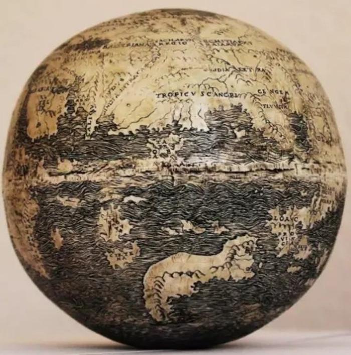Globus na ljusci nojevog jajeta